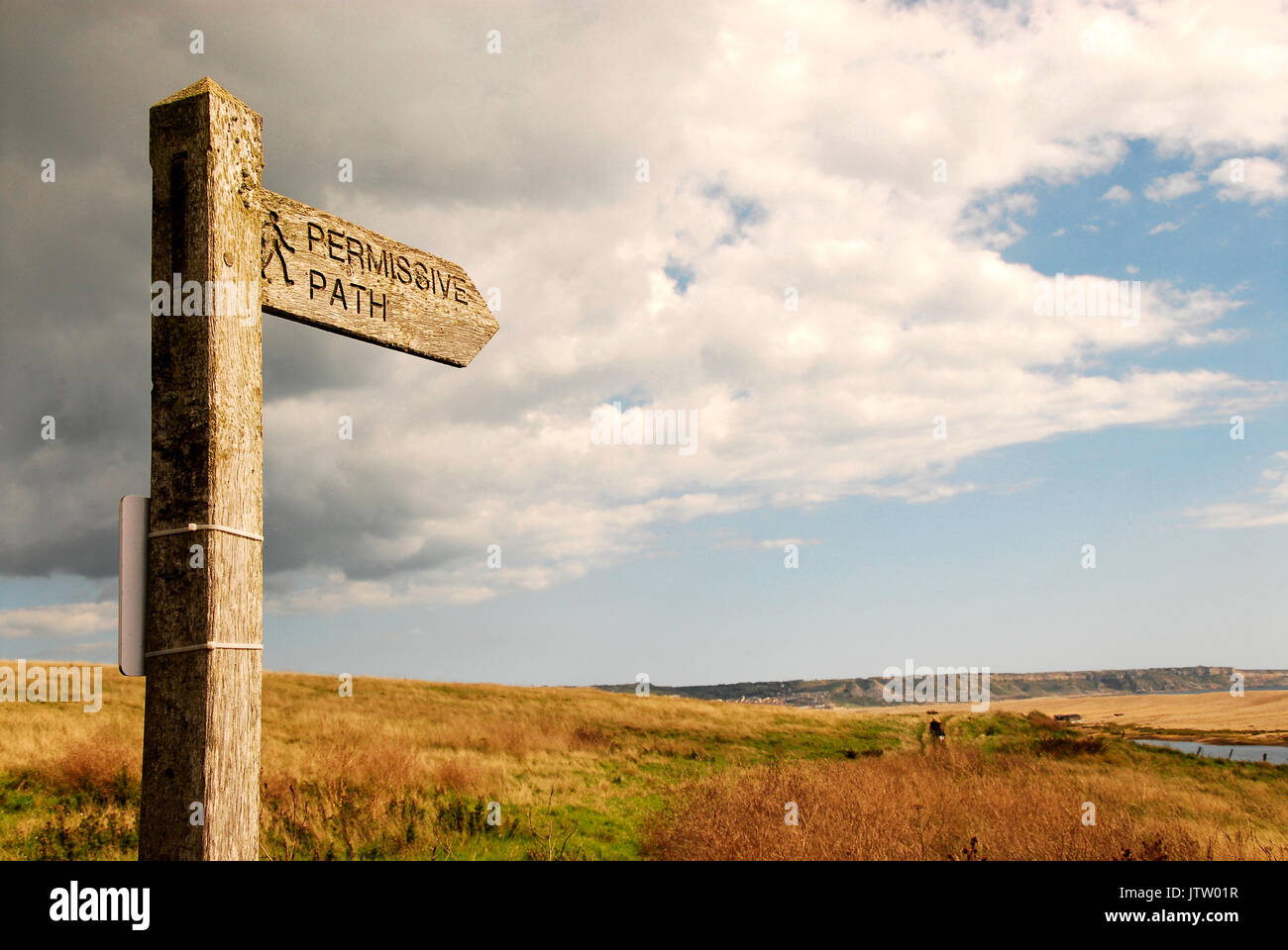 A signpost for a permissive path allowing walkers to follow the Fleet Lagoon all the way to Portland Harbour - Stock Image