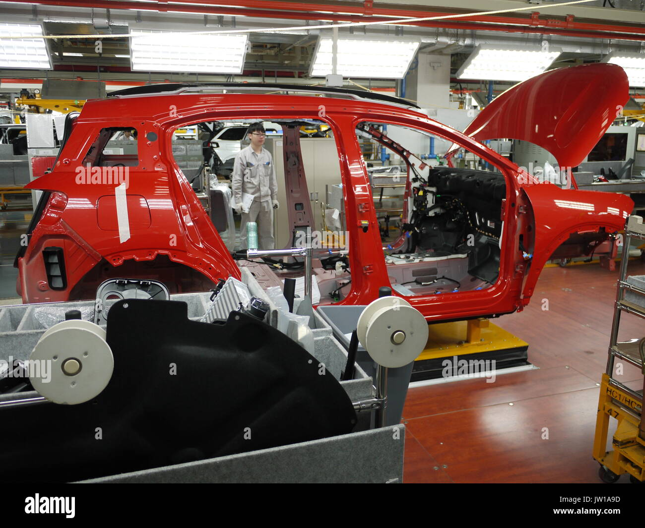 Workers on assembly line of PSA Dongfeng car production plant of Chengdu (China) - Stock Image