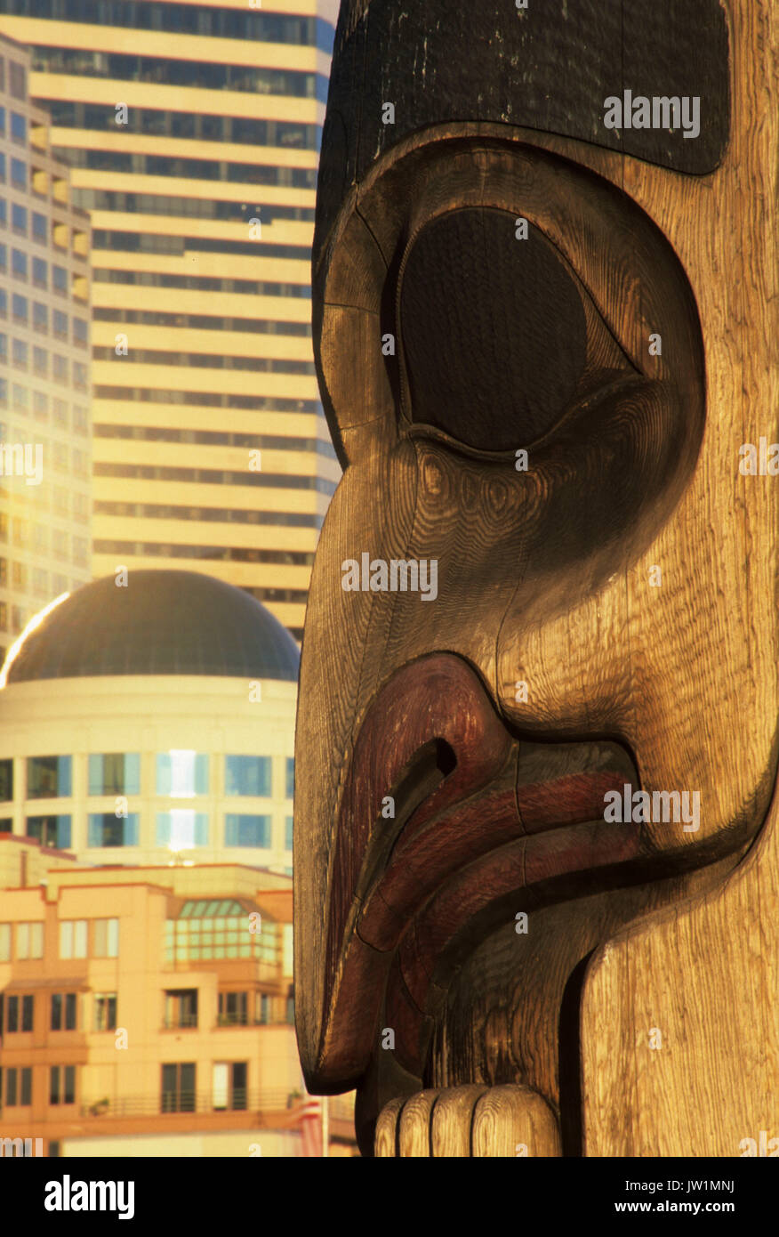 Totem pole with downtown, Victor Steinbrueck Park, Seattle, Washington - Stock Image