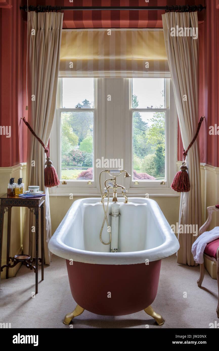 Old roll top Claw foot bath in Victorian bathroom Stock Photo ...