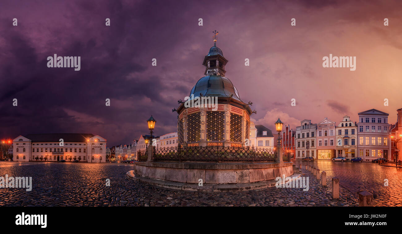 Germany, Wismar, market square with Wasserkunst at twilight - Stock Image