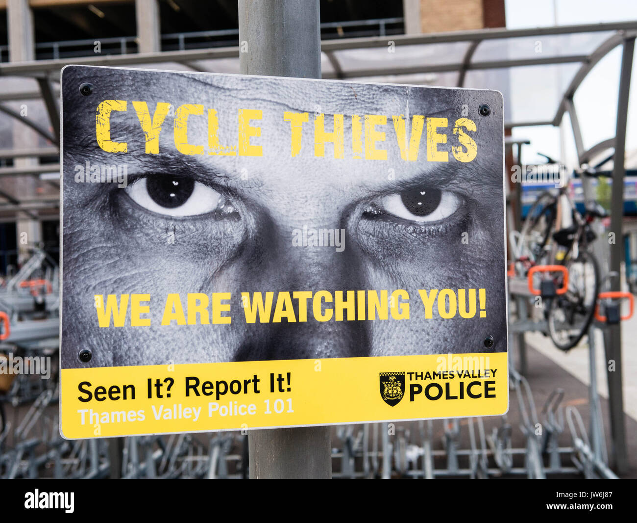 Cycle Thieves Poster, Reading Train Station, Berkshire, England - Stock Image