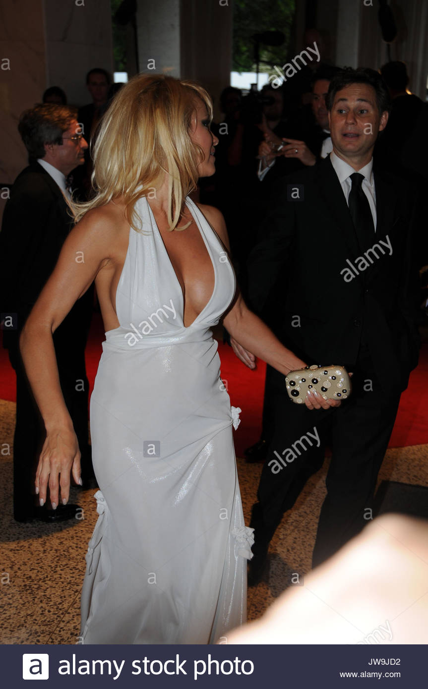 Pamela Anderson arrives at the White House Correspondents Dinner ...