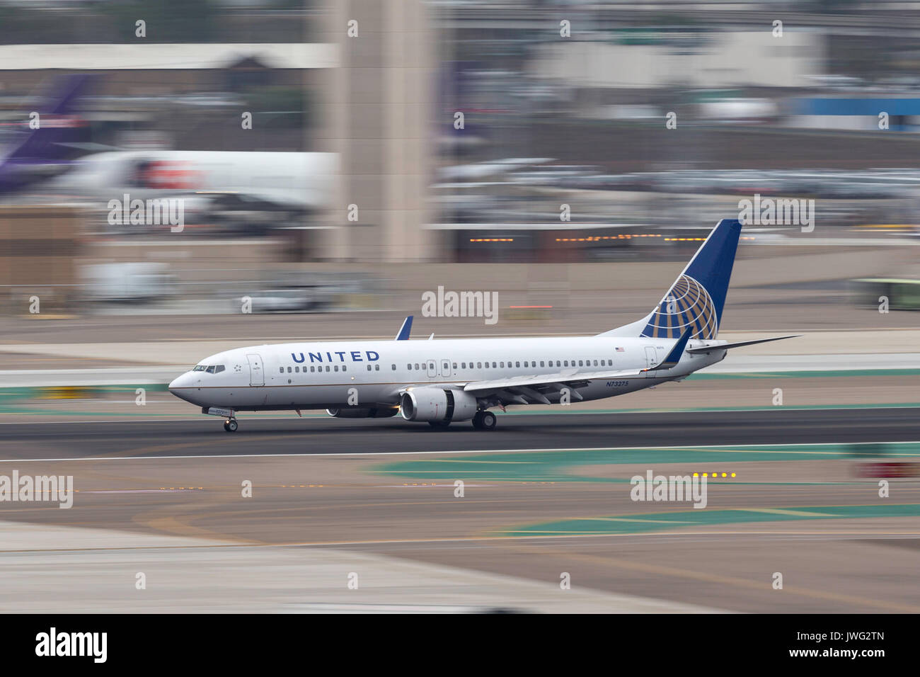 United Airlines Boeing 737-824 N73275 arriving at San Diego International Airport. - Stock Image