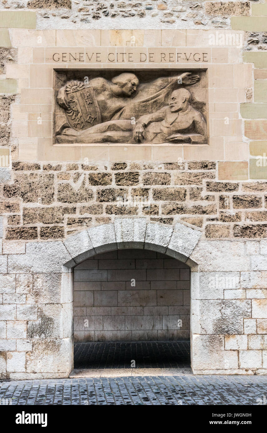Arch of the Molard Tower and  a sculpture in the wall with the inscription (translation of the text: 'Geneva, city of refuge')', Geneva, Switzerland. - Stock Image
