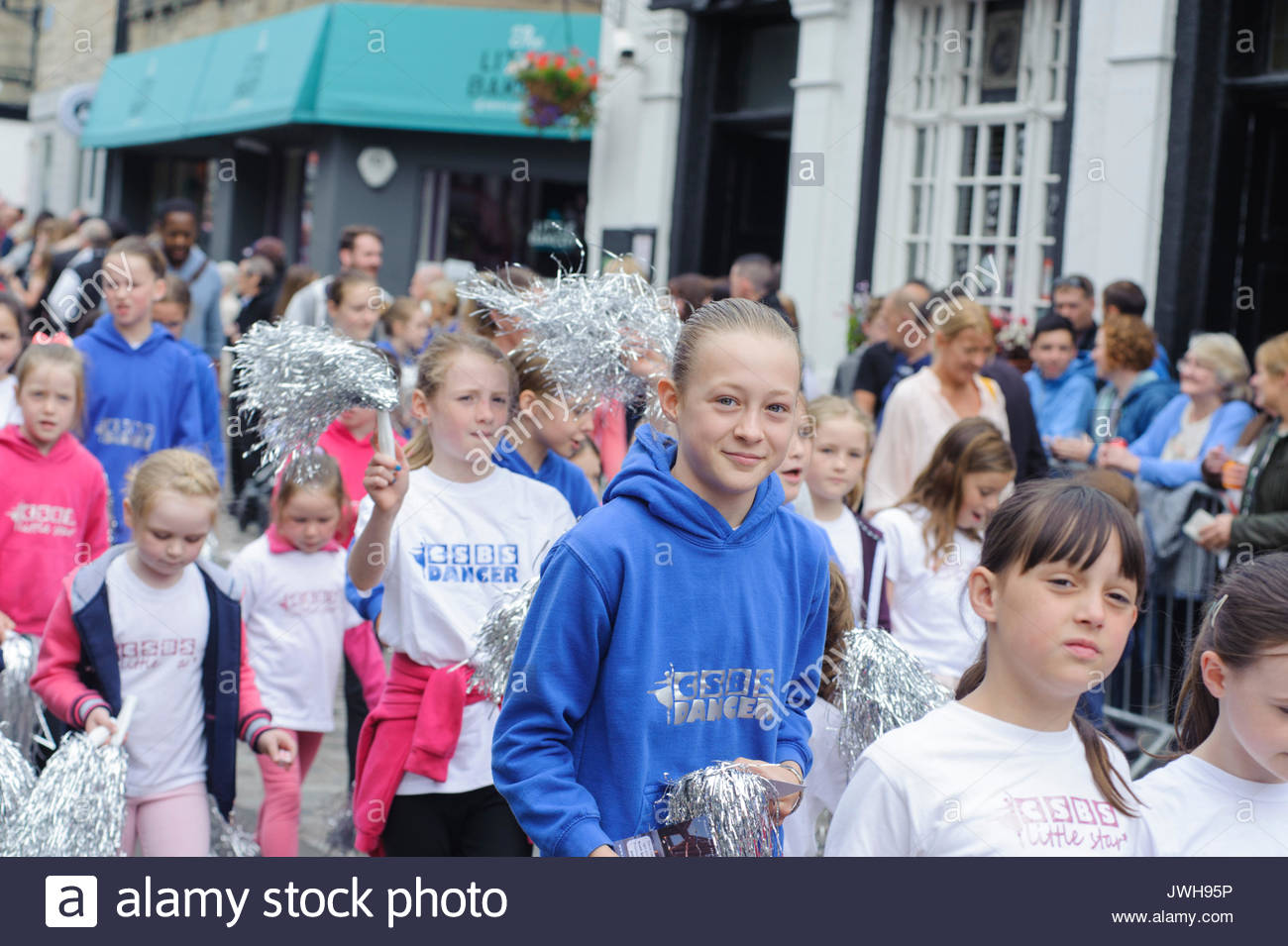 South Queensferry, UK. 12th Aug, 2017. South Queensferry, UK. August 12th, 2017. Schoolchildren taking part in the procession as it winds it's way along the High Street. QueensferryÕs annual Fair is a week-long event and is principally a festival of sports and entertainments for the towns schoolchildren, culminating in a procession through the town and the crowning of the Fair Queen. Credit: Roger Gaisford/Alamy Live News - Stock Image