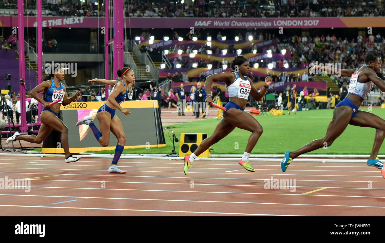 London, UK.  12 August 2017.  Team USA and Team GB handover the baton at the second 100m.  USA win gold in the women's 4 x 100m relay final at the London Stadium, on day nine of The IAAF World Championships London 2017.  Second GB, third Jamaica.  Credit: Stephen Chung / Alamy Live News - Stock Image