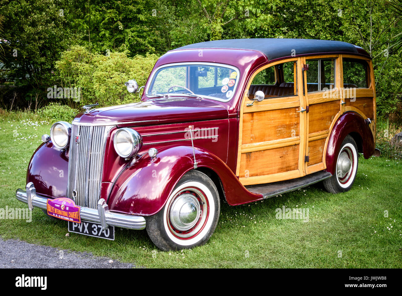 Circa 1950 Ford Pilot V8 'Woody' (front three-quarter view) on display in a garden setting - Stock Image