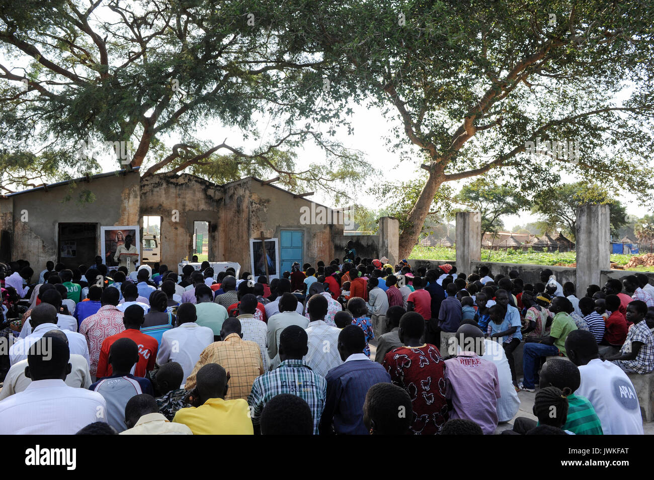 SOUTH SUDAN  Bahr al Ghazal region , Lakes State, town Rumbek, sunday mass at catholic church without roof which was destroyed in civil war between SPLA and North Sudan - Stock Image