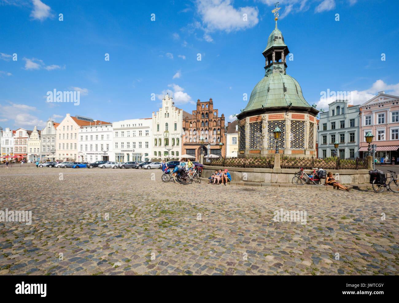 Market Square, Am Markt with the Wasserkunst fountain, Wismar, Mecklenburg-Vorpommern, Germany - Stock Image