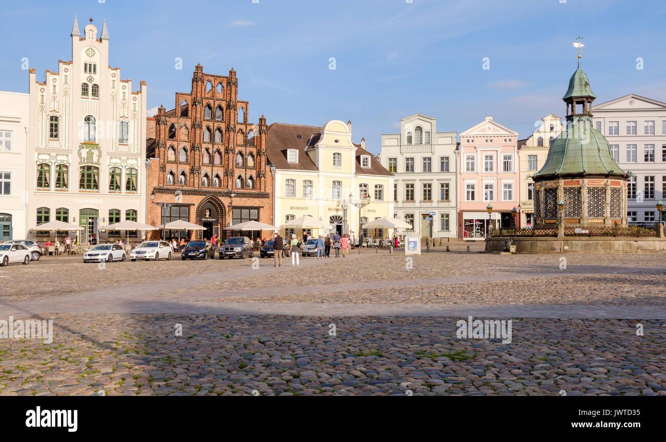 Market Square, Am Markt with the Wasserkunst fountain and Alter Schwede restaurant and hotel, Wismar, Mecklenburg-Vorpommern, Germany - Stock Image