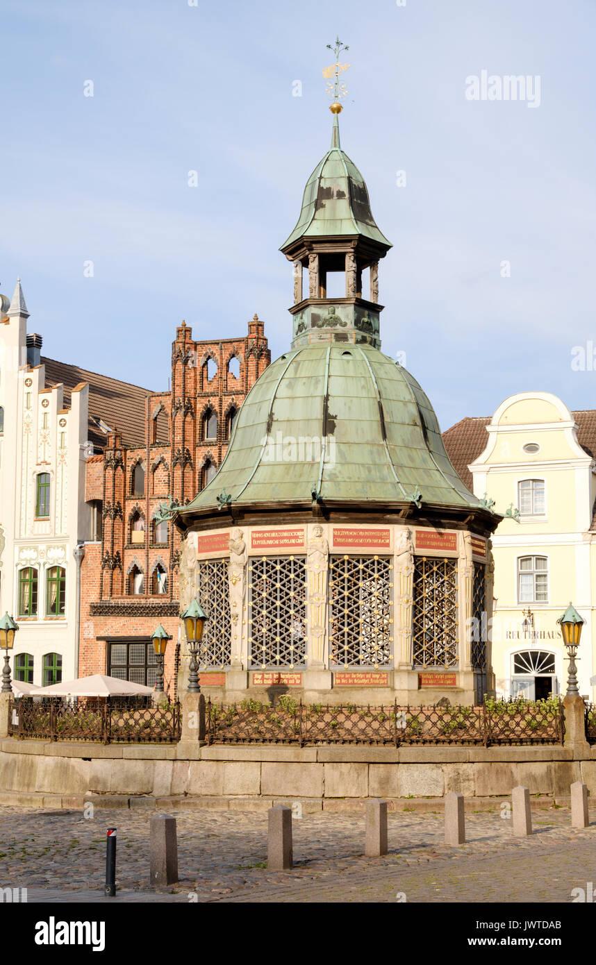 Wasserkunst fountain on the Market Square, Am Markt, Wismar, Mecklenburg-Vorpommern, Germany - Stock Image