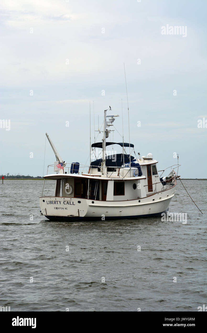 A pleasure boat anchored in Shallowbag Bay off of the town of Manteo on Roanoke Island in North Carolina's Outer Banks. - Stock Image