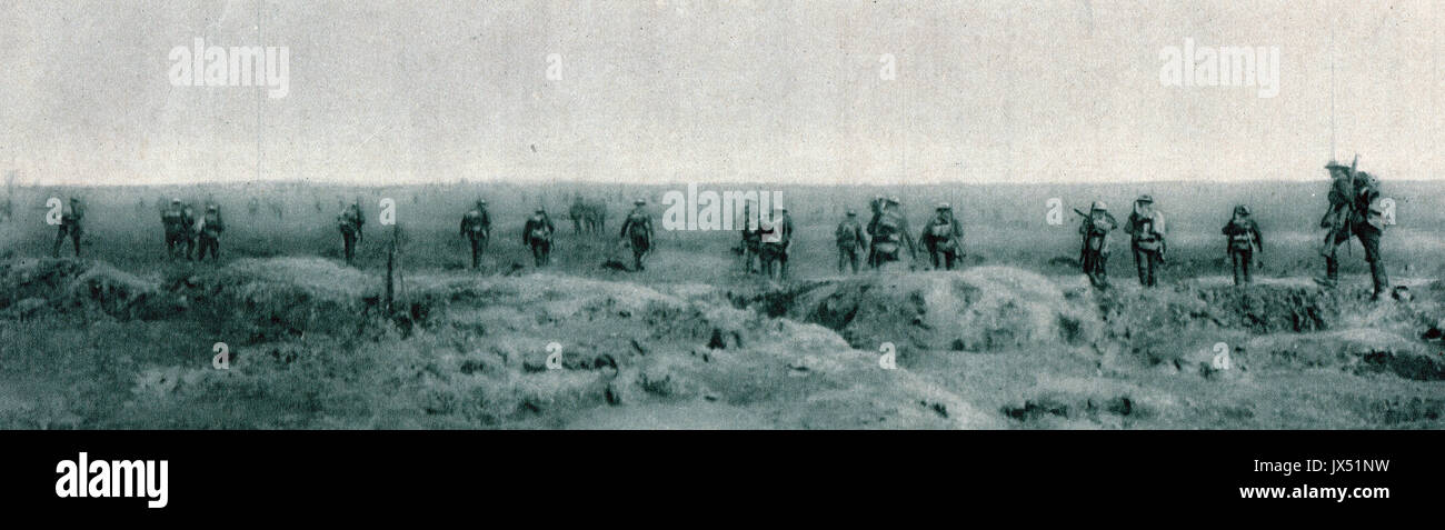 British troops advancing through shell & gun smoke, Somme offensive, WW1 - Stock Image
