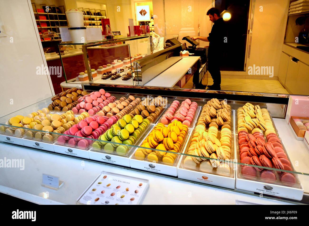 Brussels, Belgium. Macarons in the window of Delices du Roy in Galeries Royales Saint-Hubert / Koninklijke Sint-Hubertusgalerijen - Stock Image