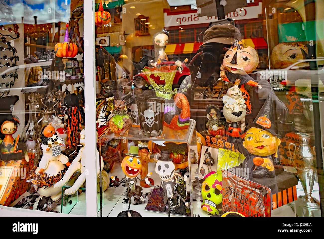 Window display of toys and mask in Santa Fe, New Mexico. Creative and amusing ideas, based on Mexican Folk Art - Stock Image