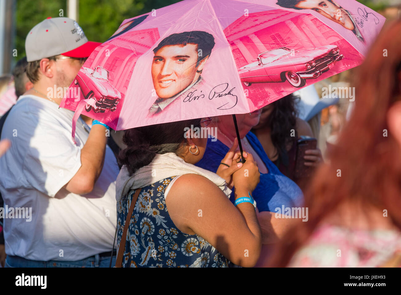 Memphis, Tennessee, USA, 15th August 2017.  Elvis Week. Candlelight Vigil. People pay tribute to Elvis Presley at his Memphis home, Graceland.  The candlelight vigil is in it's 40th year.  Elvis died 16 August 1977. Credit: Gary Culley/Alamy Live News - Stock Image