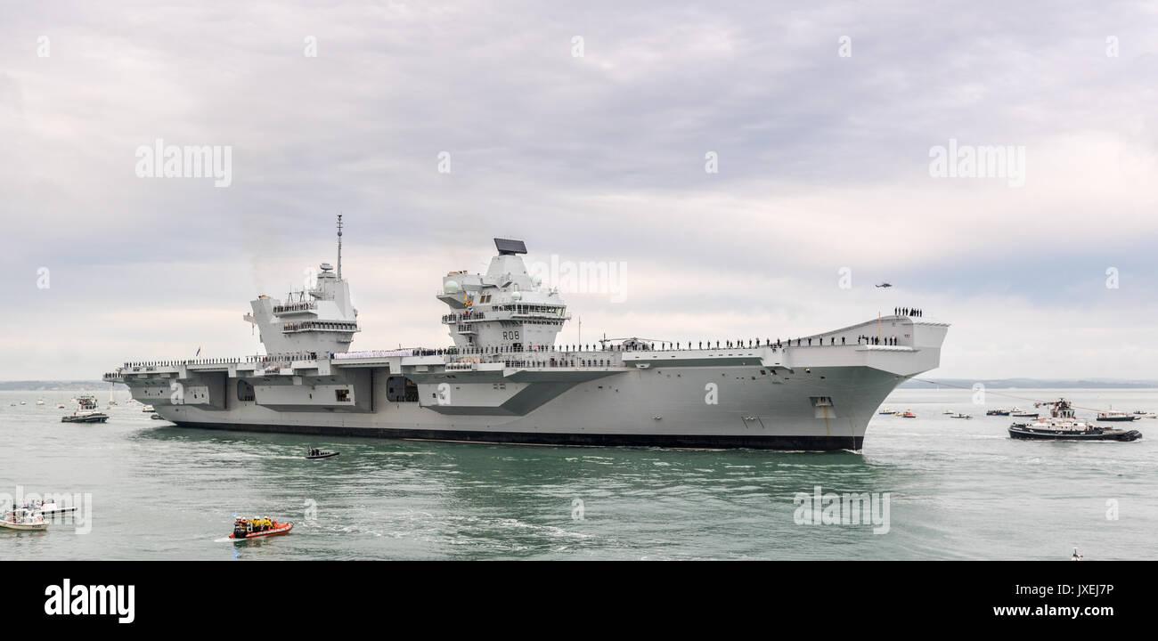 Portsmouth, UK. 16th Aug, 2017. HMS Queen Elizabeth preparing to enter Portsmouth Harbour Credit: Vernon Nash/Alamy Live News - Stock Image