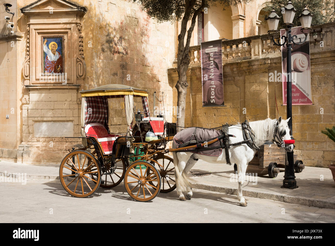 A tourist horse and cart carriage waits for passengers for a trip in Mdina Malta - Stock Image