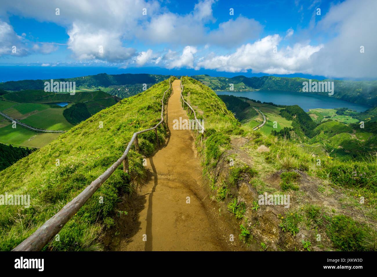 Path along the Miradouro da Boca do Inferno (viewpoint), with Lagoa Verde, Lagoa Azul and the ocean in the background. Sete Cidades, Azores - Stock Image