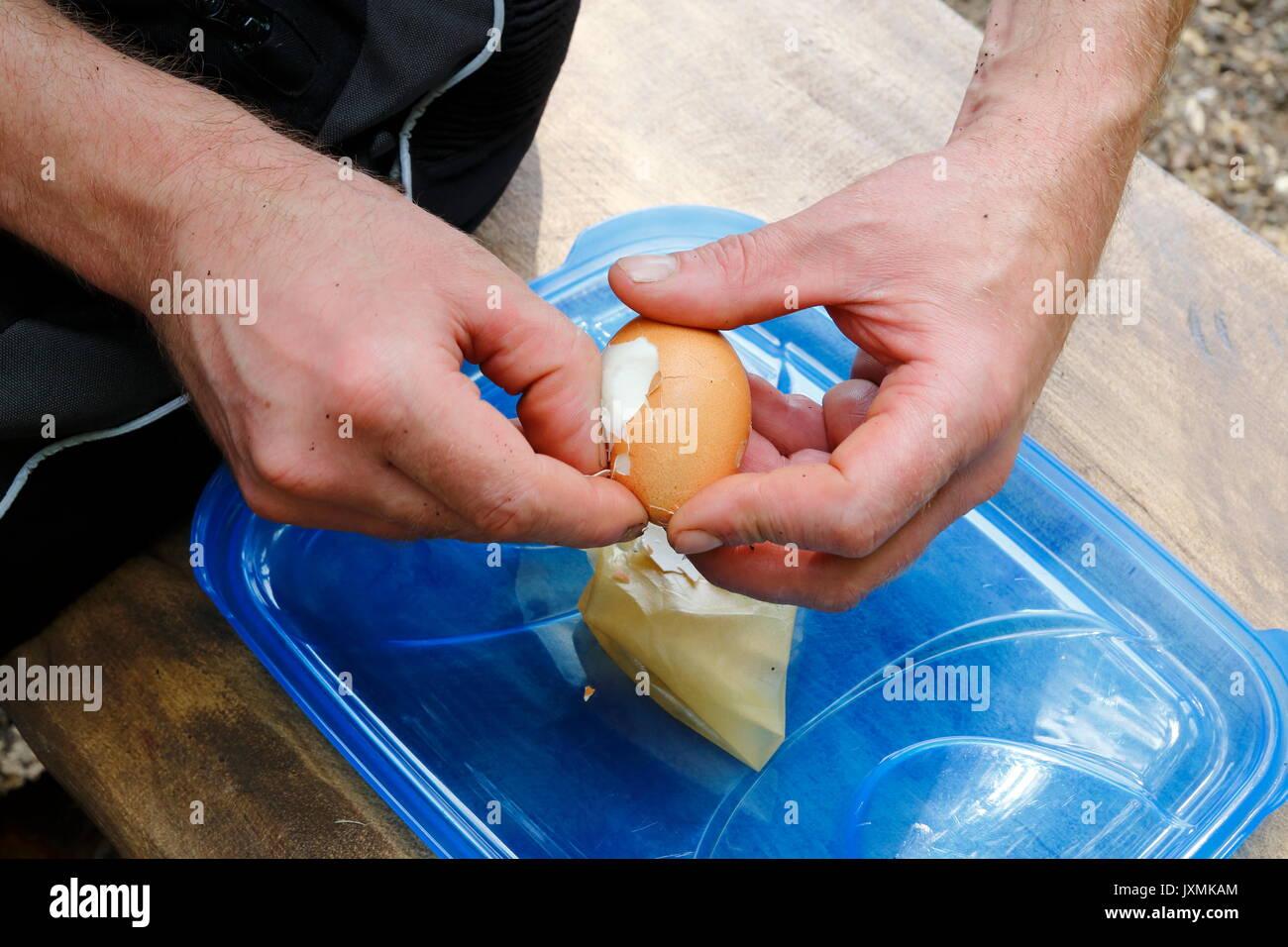 Hart gekochtes Ei wird geschält Stock Photo