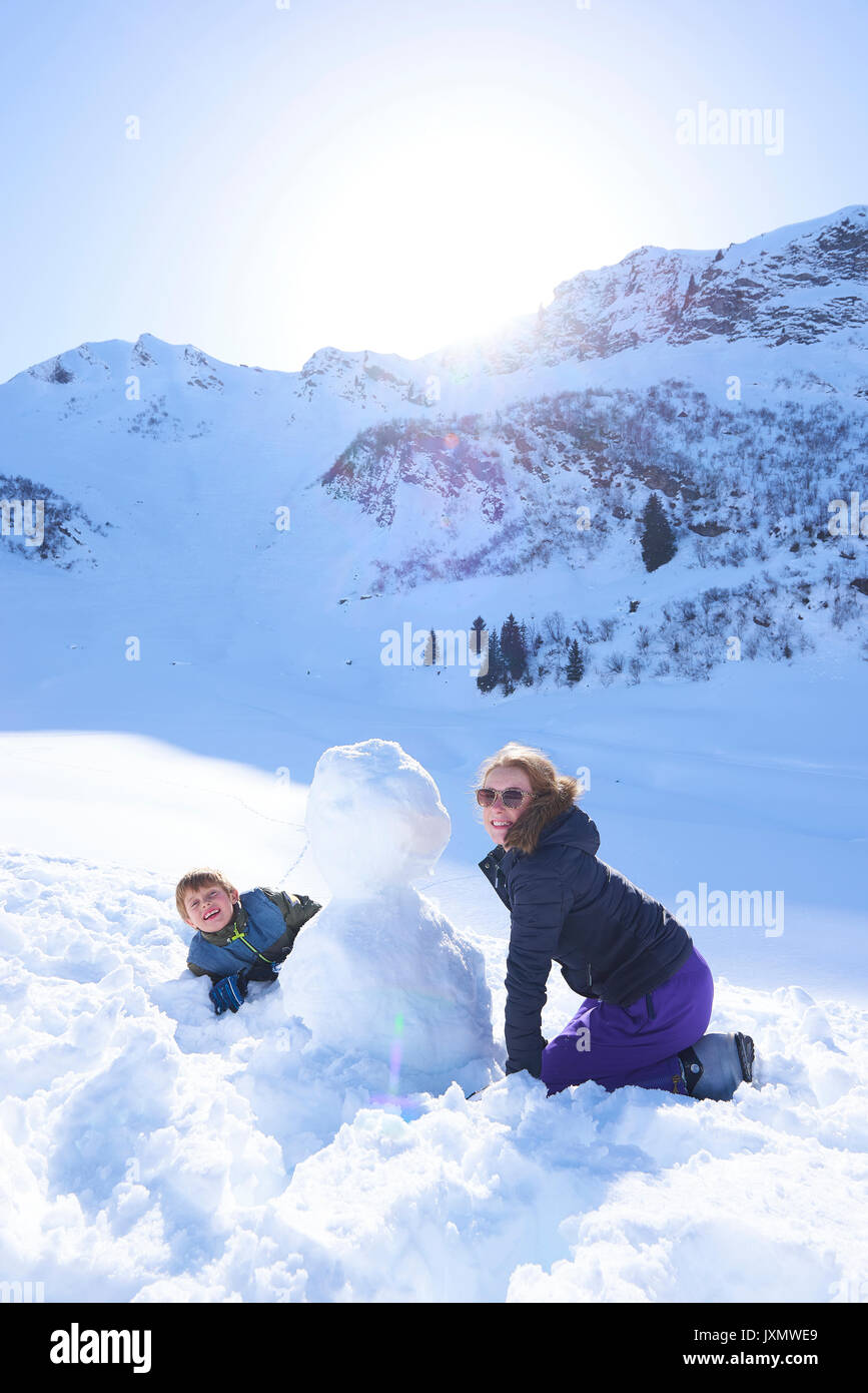Siblings and snowman, Hintertux, Tirol, Austria - Stock Image