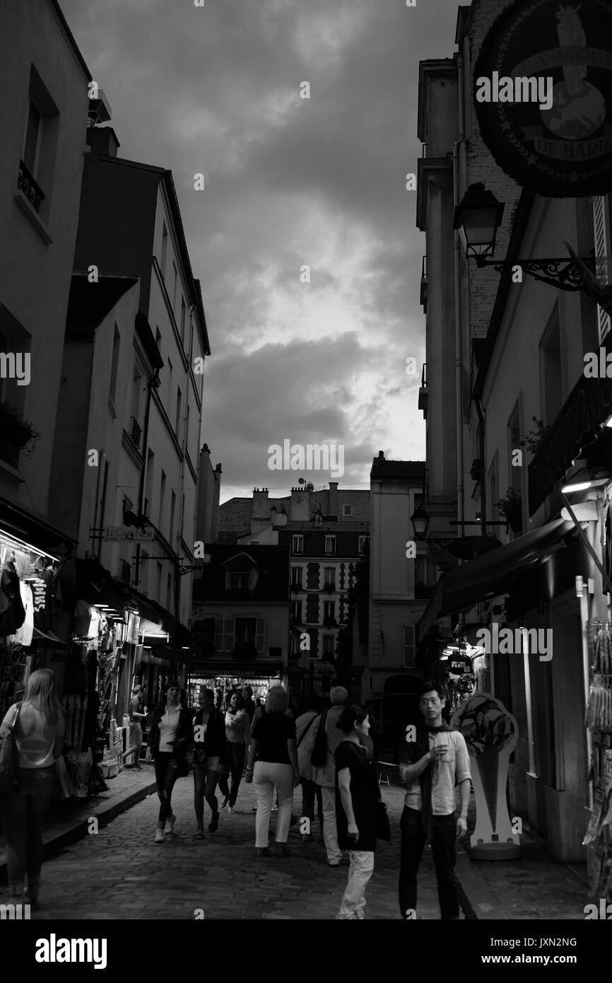 The narrow streets at the summit of Montmartre in Paris at night - Stock Image