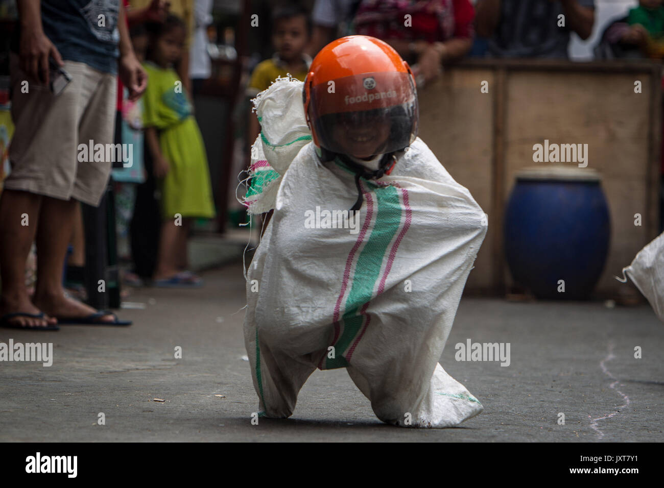 Central Jakarta, Jakarta, Indonesia. 17th Aug, 2017. Children join the gunny sack race (balap karung) tradition during celebrations for the 72nd Indonesia National Independence day on August 17, 2017 in Jakarta, Indonesia. Indonesia became an independent nation on 17th August 1945, having previously been under Dutch rule. Credit: Afriadi Hikmal/ZUMA Wire/Alamy Live News - Stock Image