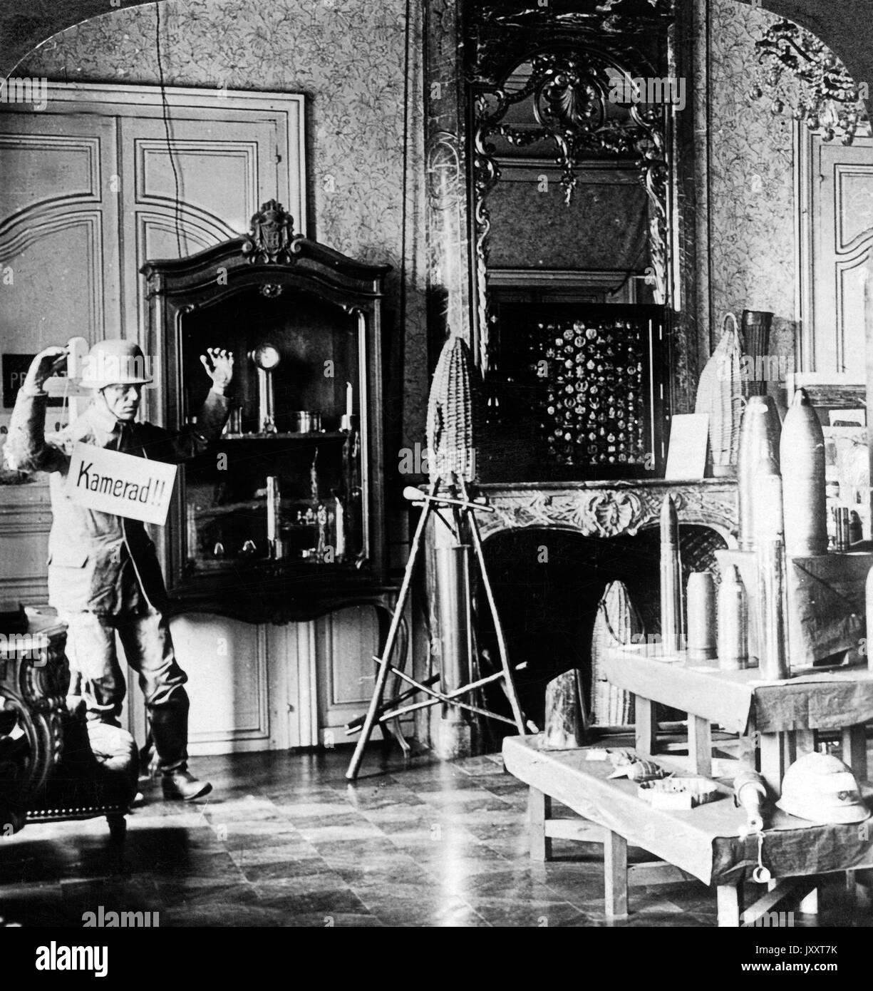 'Kamerad' und deutsche Kriegstrophäen in einem französischen Schloß, Frankreich 1917. 'Kamerad' and German trophies at a French chateau, France, 1917. - Stock Image