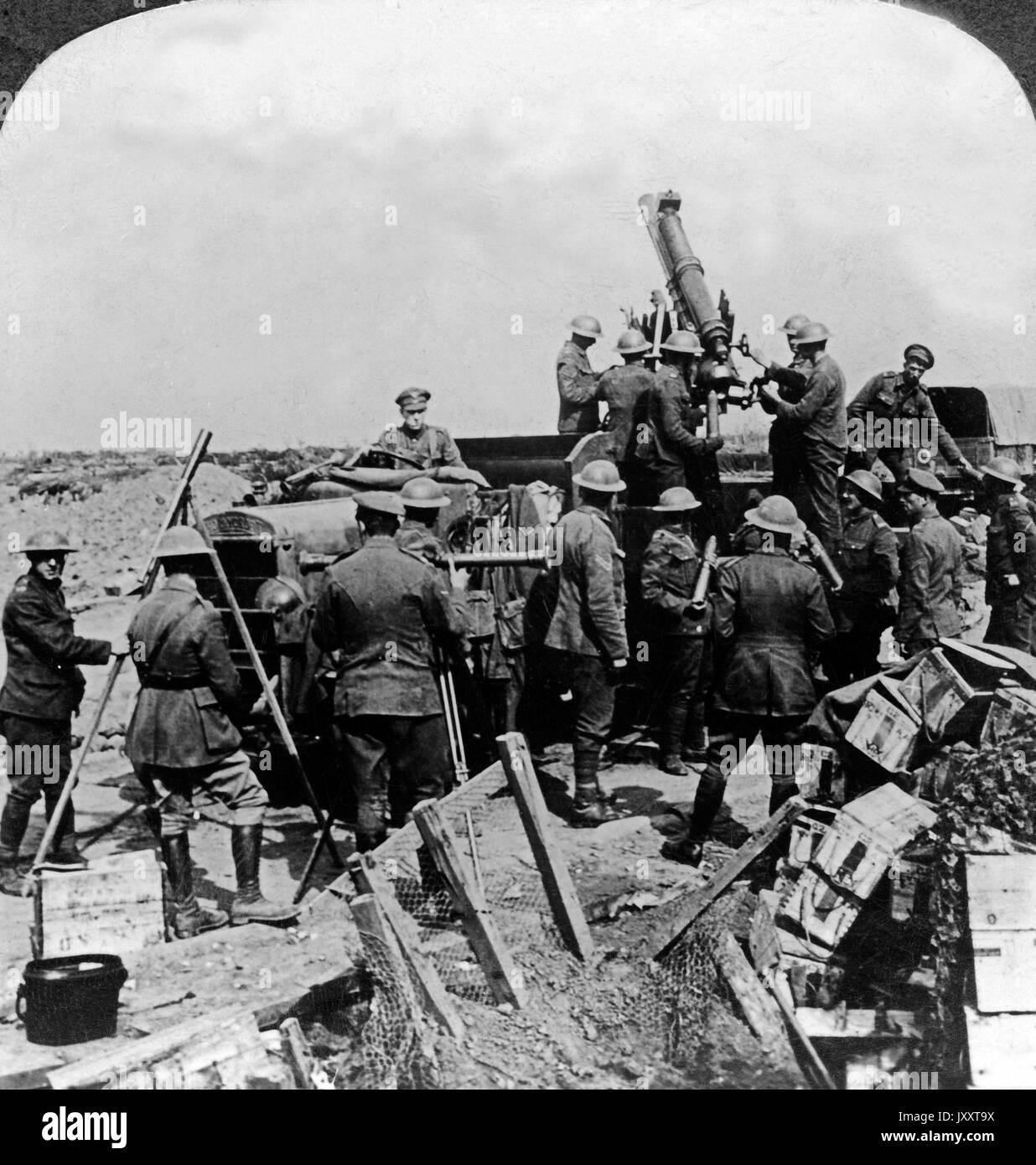 """Ein britisches Flugabwehrgeschütz in Aktion, 1917. A British """"Archie"""" anti aircraft gun in action, 1917. Stock Photo"""