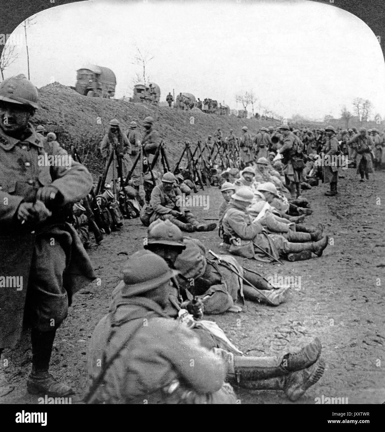 Soldaten und Armeetransporte bei einer Rast vor Verdun, Frankreich 1916. Troops and army transports resting before Verdun, France 1916. - Stock Image