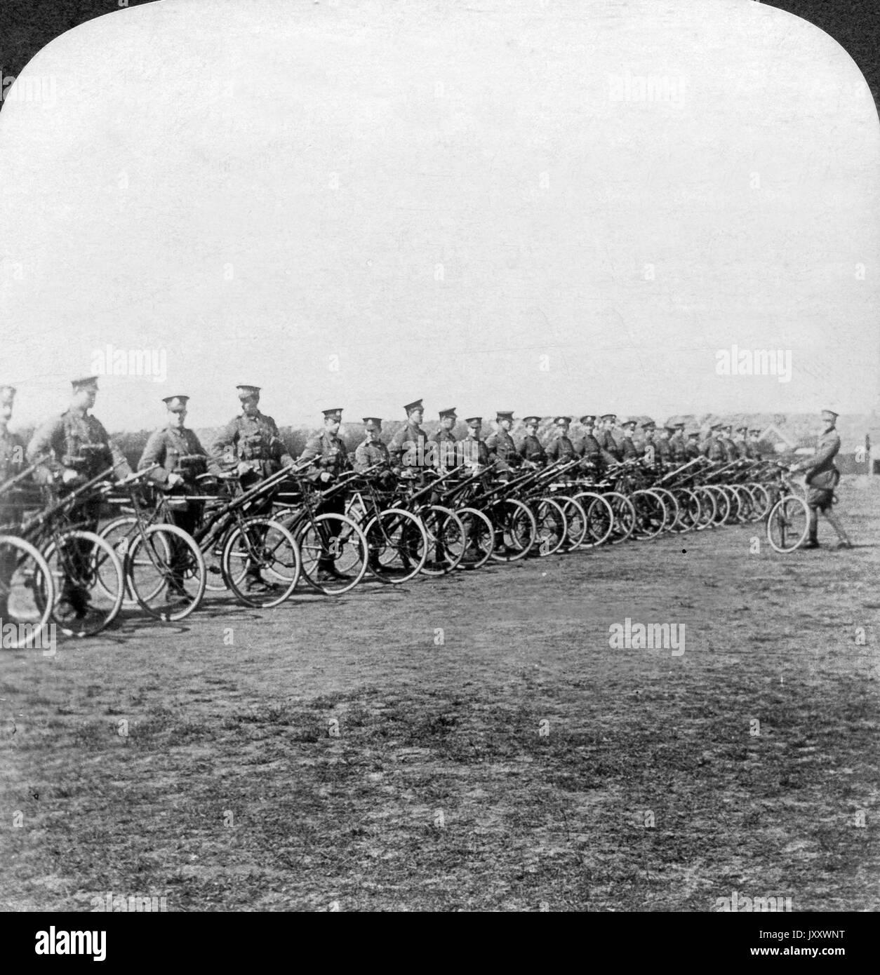 Britisches Fahrradkorps, fertig ausgerüstet, bereit zum Start, Frankreich 1915. British cyclists coprs, fully equipped and starting into service, France 1915. Stock Photo