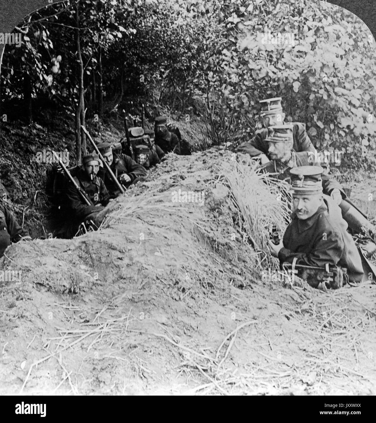 Belgische Offiziere und Mannschaften erholen sich kurz in ihren Schützengräben zwischen zwei Angriffen, Belgien 1914. Belgian officers and men resting in their trenches between the assaults, Belgium 1914. - Stock Image