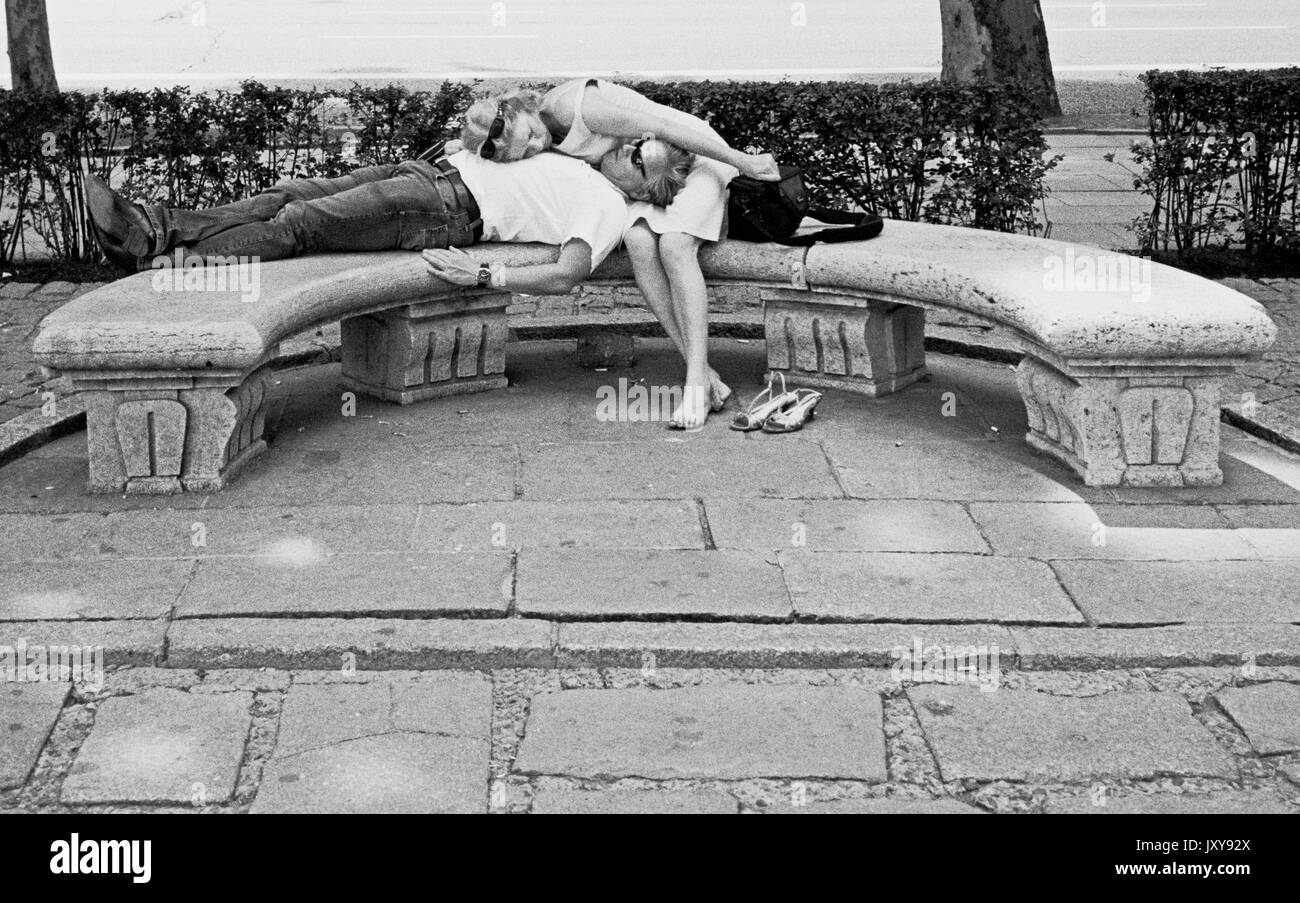 SPAIN MADRID -  UN COUPLE FATIGUE SE REPOSE SUR UN BANC - SILVER FILM © Frédéric BEAUMONT - Stock Image