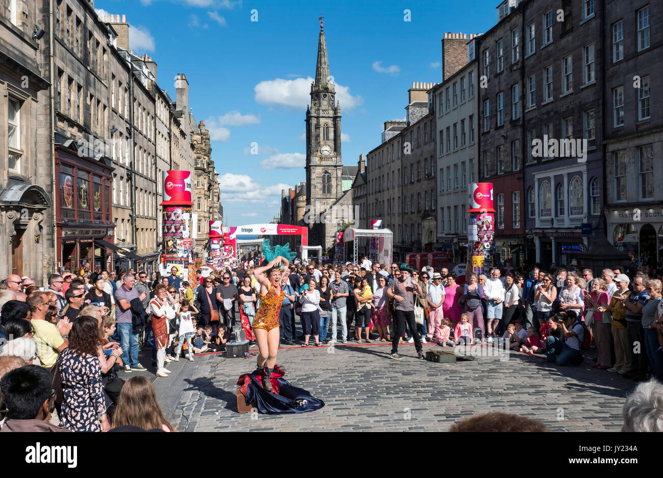 Street performers on the Royal Mile in Edinburgh part of the Edinburgh Festival Fringe, the largest arts festival in the world. - Stock Image