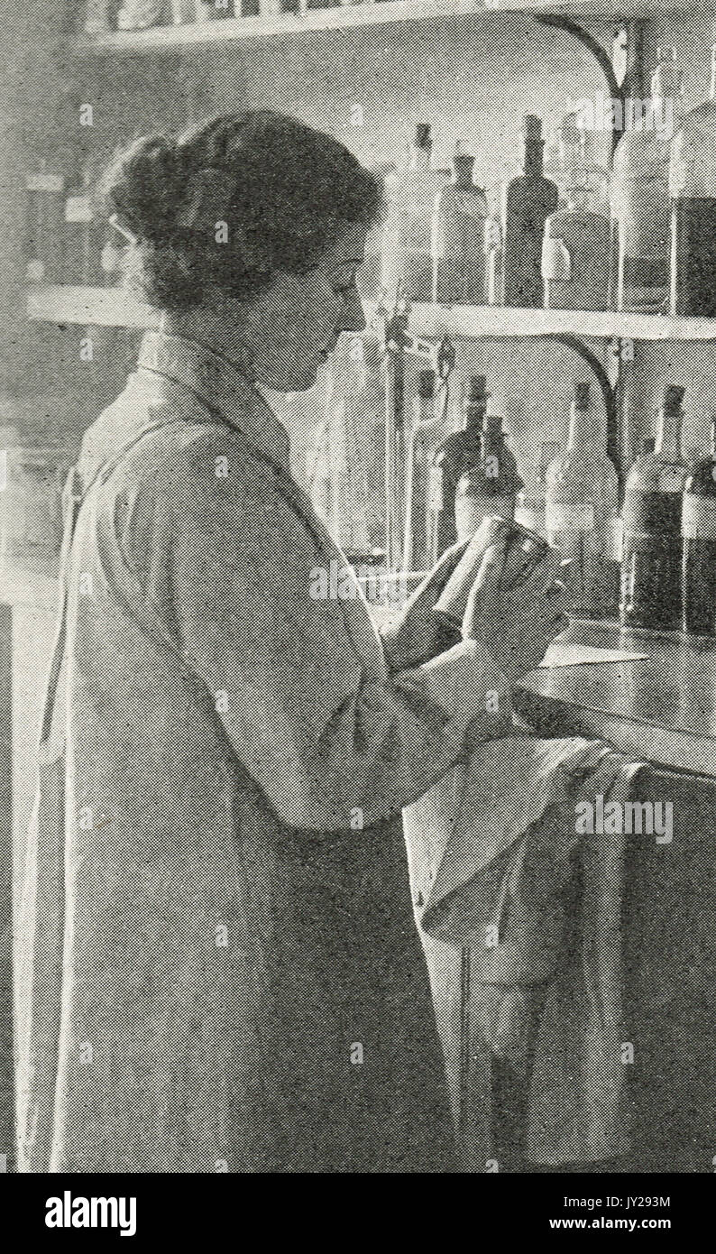 Woman chemist at work during WW1 - Stock Image