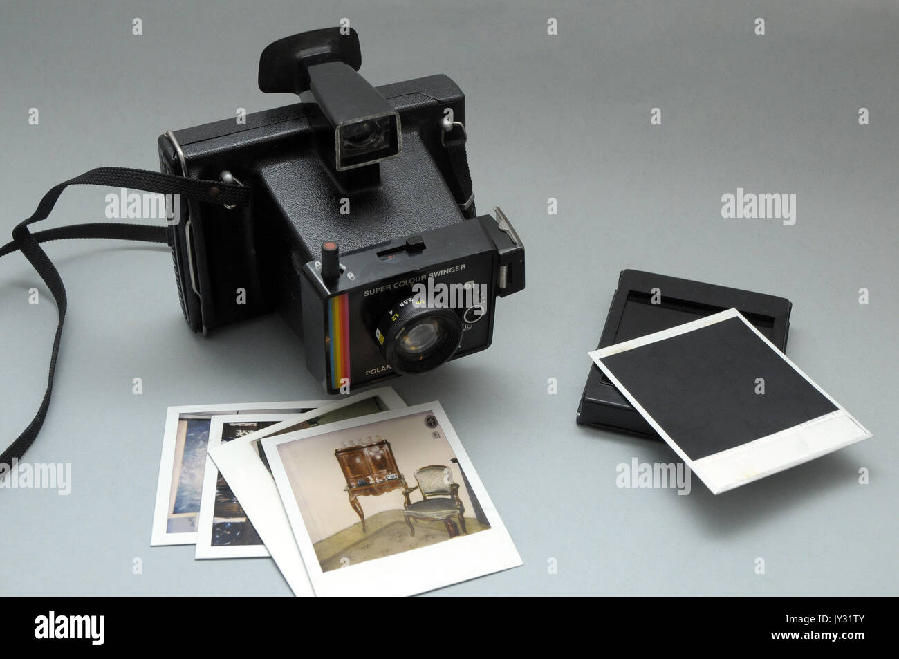 Polaroid camera, Super Color Swinger model, vintage in very good condition and polartoid pictures - Stock Image