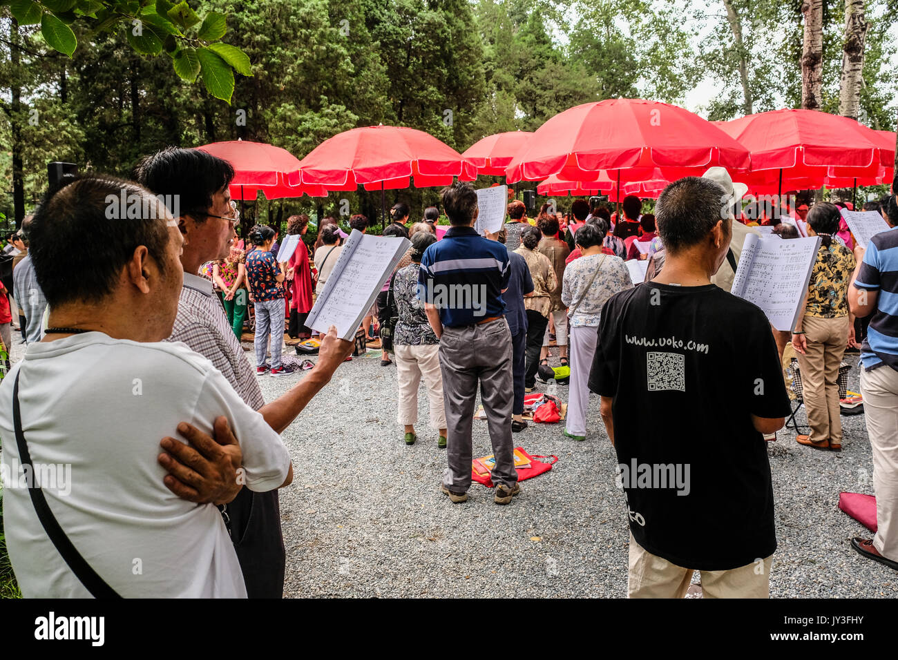 A group of retired Chinese men and women signing old songs together at Yu Yuan Tan park in Beijing, China - Stock Image