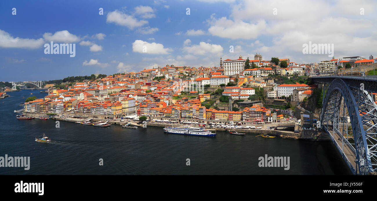 Douro River with the city of Porto skyline and the old D. Luis Bridge. - Stock Image