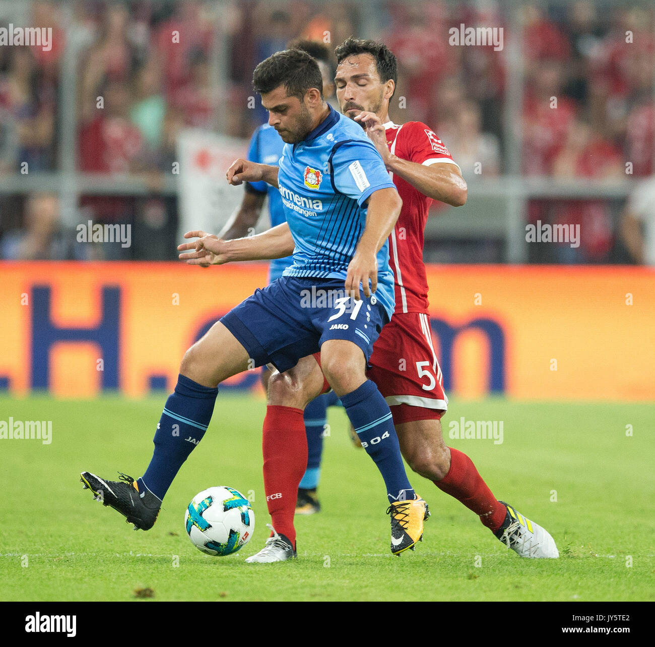 Deutschland. 18th Aug, 2017. Kevin VOLLAND (Leverkusen) /vorne im Zweikampf mit Mats HUMMELS (FC Bayern) GES/ Fussball/ 1. Bundesliga: FC Bayern Munich - Bayer 04 Leverkusen, 18.08.2017 -- Football/ Soccer 1st. German Bundesliga Division: Bavaria Munich vs Bayer 04 Leverkusen, Munich, August 18, 2017 | Verwendung weltweit Credit: dpa/Alamy Live News - Stock Image