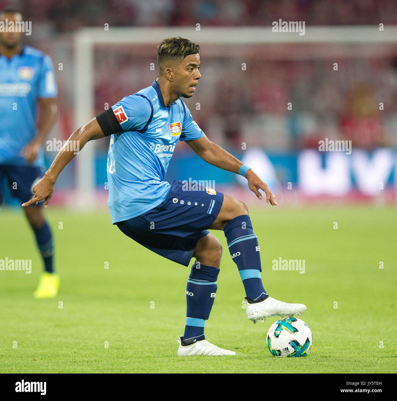 Deutschland. 18th Aug, 2017. Benjamin HENRICHS (Leverkusen) mit Ball, Einzelaktion GES/ Fussball/ 1. Bundesliga: FC Bayern Munich - Bayer 04 Leverkusen, 18.08.2017 -- Football/ Soccer 1st. German Bundesliga Division: Bavaria Munich vs Bayer 04 Leverkusen, Munich, August 18, 2017 | Verwendung weltweit Credit: dpa/Alamy Live News - Stock Image