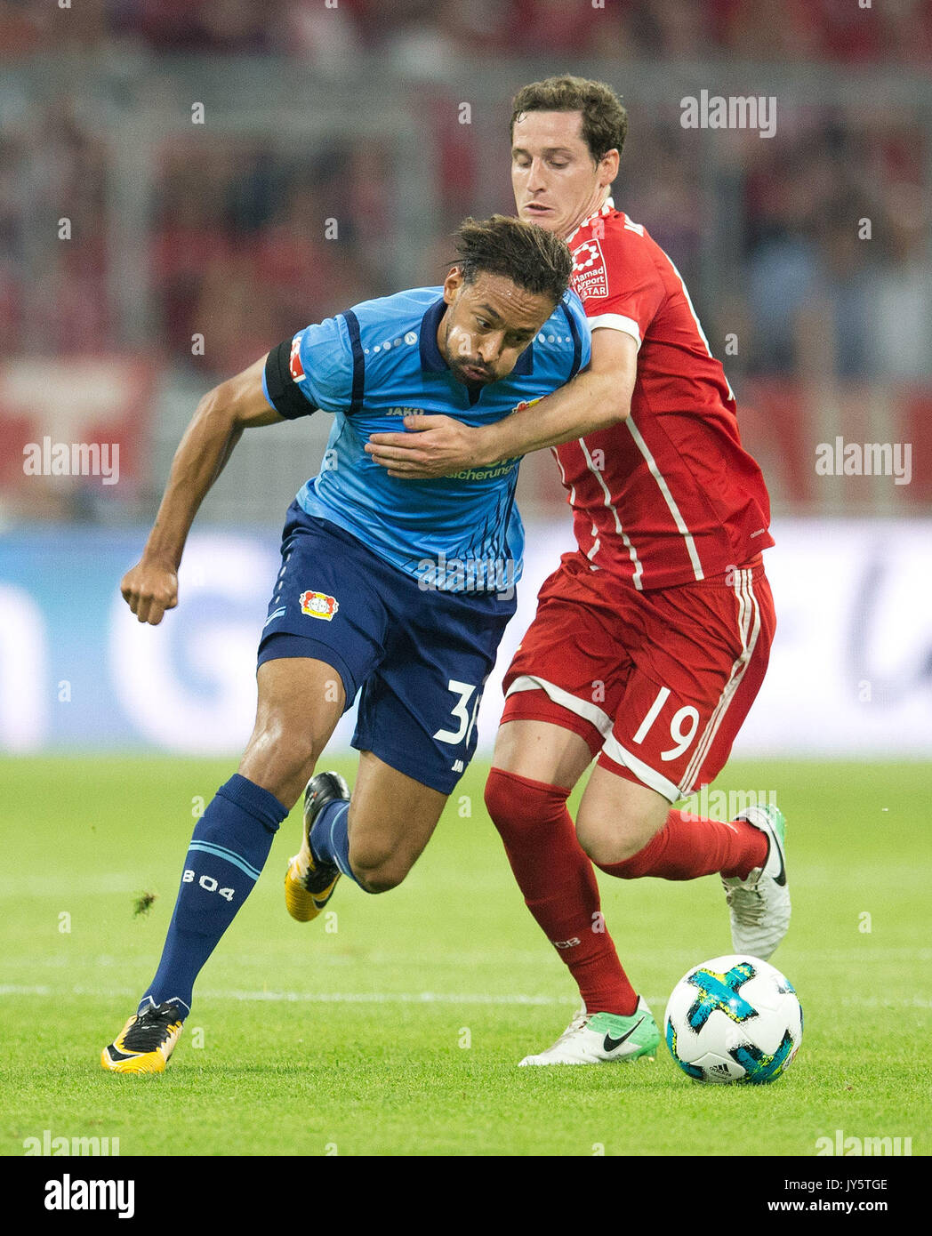 Deutschland. 18th Aug, 2017. vl. Karim BELLARABI (Leverkusen) im Zweikampf mit Sebastian RUDY (FC Bayern) GES/ Fussball/ 1. Bundesliga: FC Bayern Munich - Bayer 04 Leverkusen, 18.08.2017 -- Football/ Soccer 1st. German Bundesliga Division: Bavaria Munich vs Bayer 04 Leverkusen, Munich, August 18, 2017 | Verwendung weltweit Credit: dpa/Alamy Live News - Stock Image