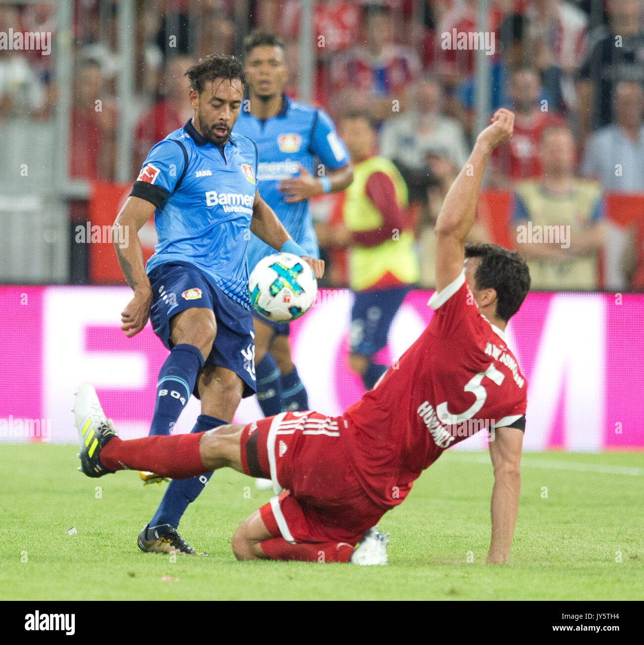 Deutschland. 18th Aug, 2017. Karim BELLARABI (Leverkusen) im Zweikampf mit Mats HUMMELS (FC Bayern) GES/ Fussball/ 1. Bundesliga: FC Bayern Munich - Bayer 04 Leverkusen, 18.08.2017 -- Football/ Soccer 1st. German Bundesliga Division: Bavaria Munich vs Bayer 04 Leverkusen, Munich, August 18, 2017 | Verwendung weltweit Credit: dpa/Alamy Live News - Stock Image