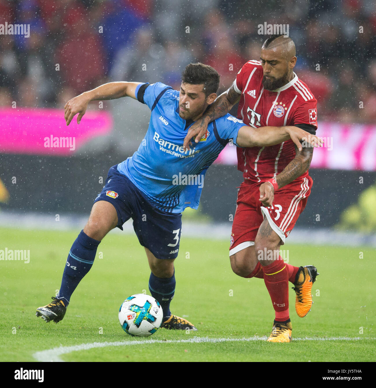Deutschland. 18th Aug, 2017. Kevin VOLLAND (Leverkusen) im Zweikampf mit Arturo VIDAL (FC Bayern) GES/ Fussball/ 1. Bundesliga: FC Bayern Munich - Bayer 04 Leverkusen, 18.08.2017 -- Football/ Soccer 1st. German Bundesliga Division: Bavaria Munich vs Bayer 04 Leverkusen, Munich, August 18, 2017 | Verwendung weltweit Credit: dpa/Alamy Live News - Stock Image
