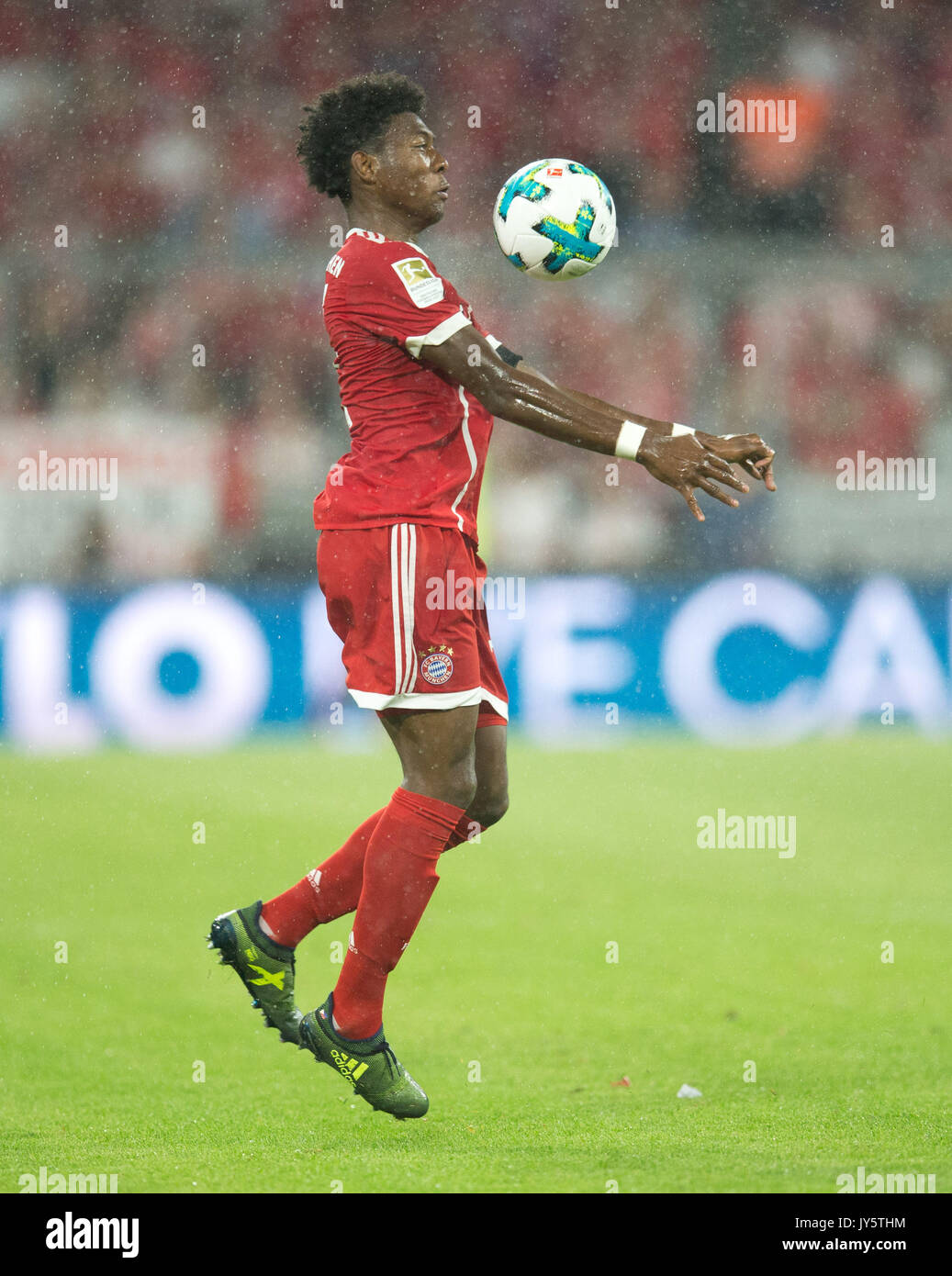 Deutschland. 18th Aug, 2017. David ALABA (FC Bayern) mit Ball, Einzelaktion GES/ Fussball/ 1. Bundesliga: FC Bayern Munich - Bayer 04 Leverkusen, 18.08.2017 -- Football/ Soccer 1st. German Bundesliga Division: Bavaria Munich vs Bayer 04 Leverkusen, Munich, August 18, 2017 | Verwendung weltweit Credit: dpa/Alamy Live News - Stock Image