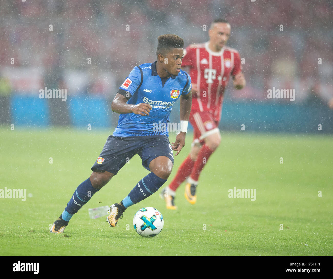 Deutschland. 18th Aug, 2017. Leon BAILEY (Leverkusen) mit Ball, Einzelaktion GES/ Fussball/ 1. Bundesliga: FC Bayern Munich - Bayer 04 Leverkusen, 18.08.2017 -- Football/ Soccer 1st. German Bundesliga Division: Bavaria Munich vs Bayer 04 Leverkusen, Munich, August 18, 2017 | Verwendung weltweit Credit: dpa/Alamy Live News - Stock Image