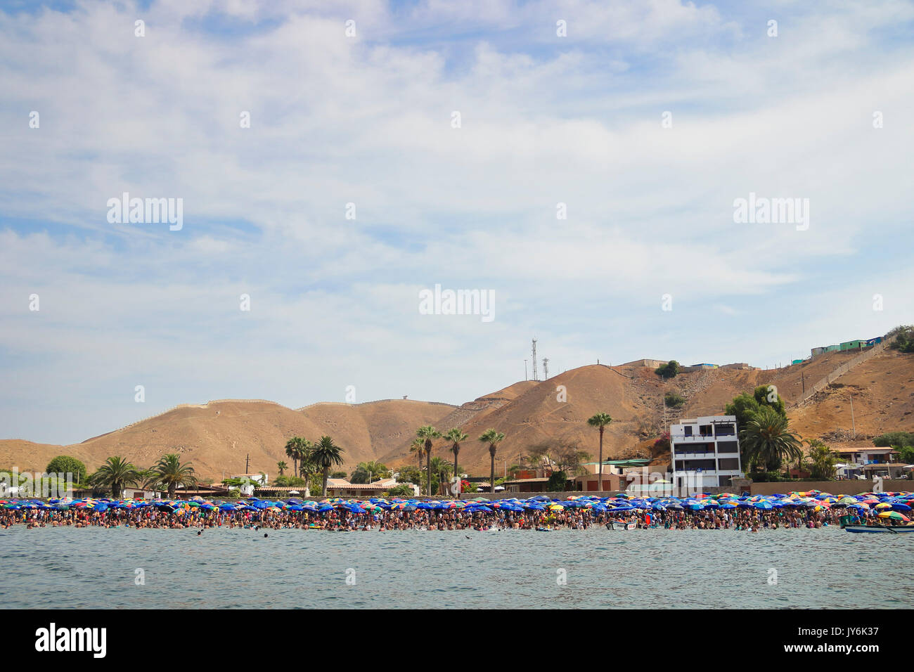 Aglomeración de personas en la playa durante un verano cualquiera; la toma fue hecha desde un bote. Stock Photo