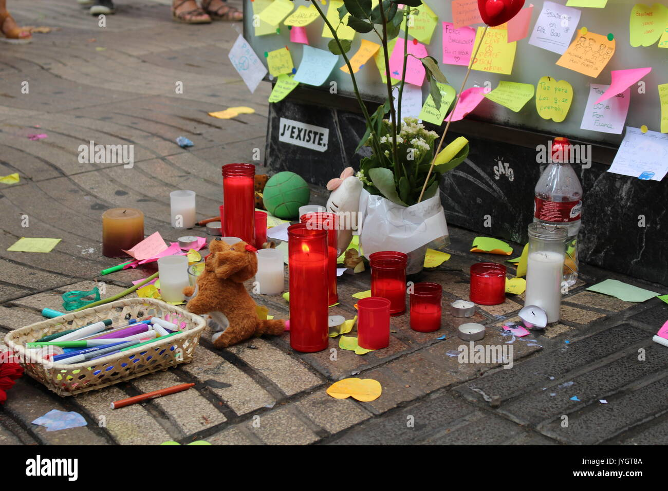 Barcelona, Spain. 19th August, 2017. Locals and tourists posting messages of condolence and burning candles for the victims of the terroristic attack on Ramblas Credit: Dino Geromella/Alamy Live News Credit: Dino Geromella/Alamy Live News - Stock Image