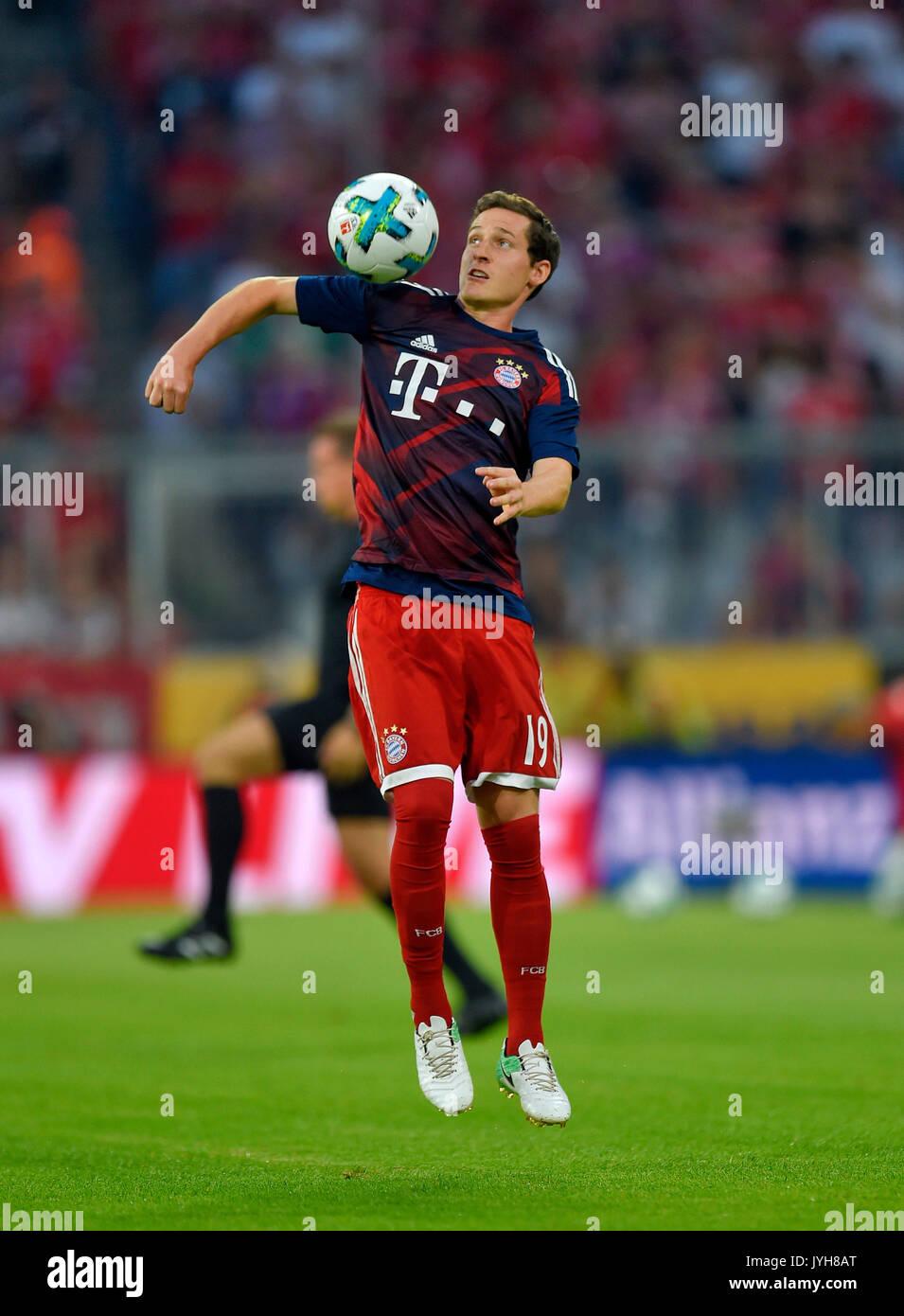 18.08.2017,  Fussball 1.Liga 2017/2018, 1.Spieltag, FC Bayern München - Bayer Leverkusen, in der Allianz-Arena München, Sebastian Rudy (FC Bayern München) am Ball. Photo: Cronos/MIS - Stock Image