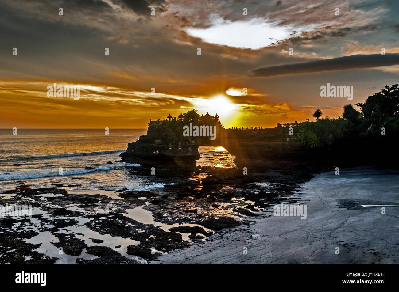 Indonésie. Bali. Pura Batu Bolong. Minuscule sanctuaire hindouiste,  juché au sommet d'un mur rocheux, à coté du Tanah Lot // Indonesia. Bali. Pura Ba - Stock Image